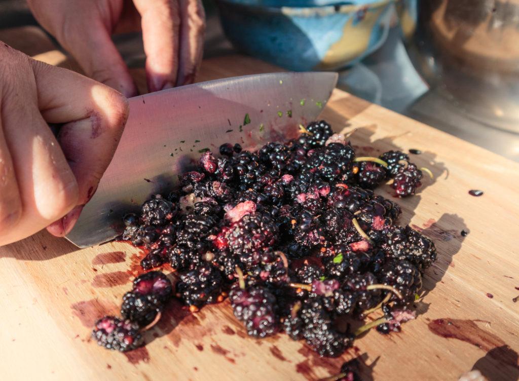 Maulbeeren werden mit Messer gehackt.